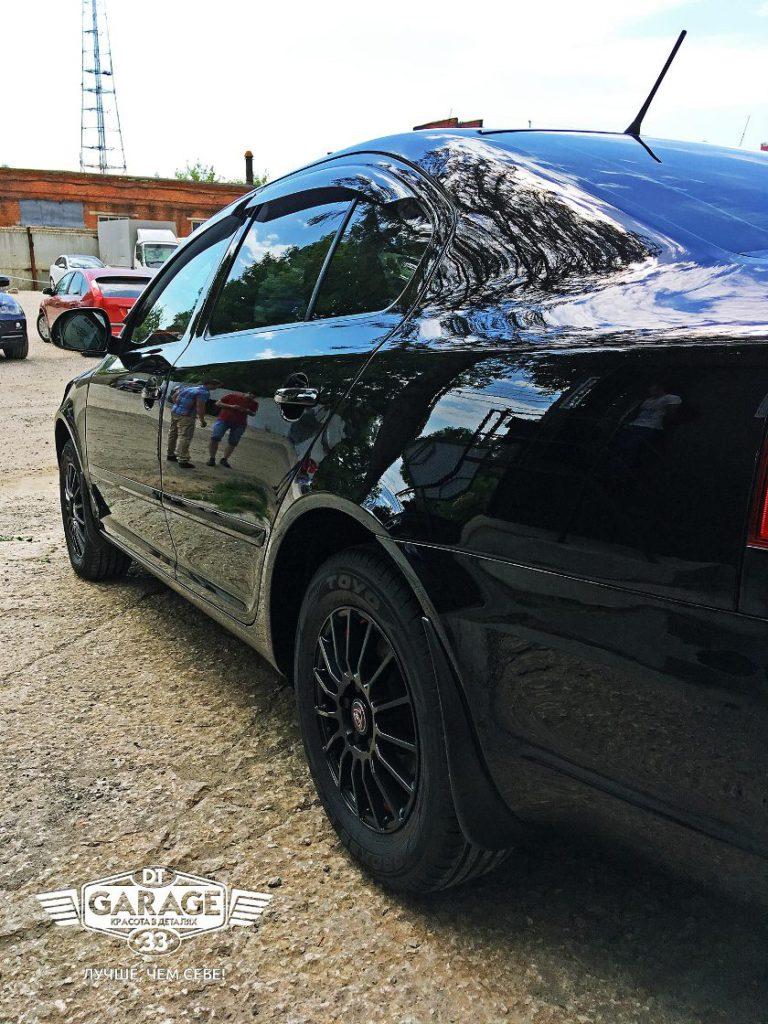 На фото Skoda Octavia после обработки составом NanoGlasVersiegelung.