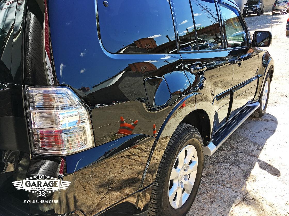 На фото правый борт автомобиля Mitsubishi Pajero IV.