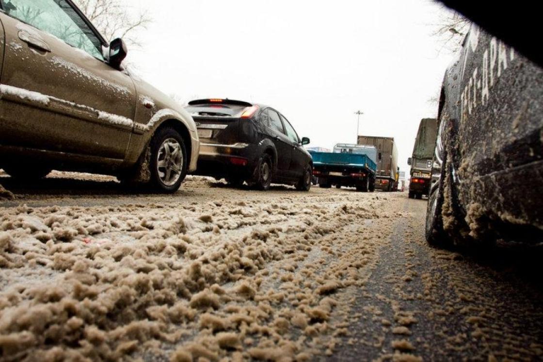 На фото снежная каша на дороге