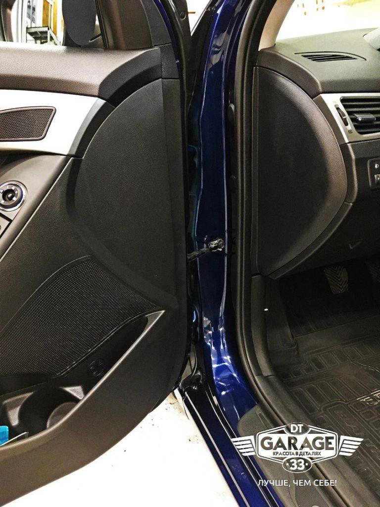 На фото крупным планом чистый дверной проем автомобиля.