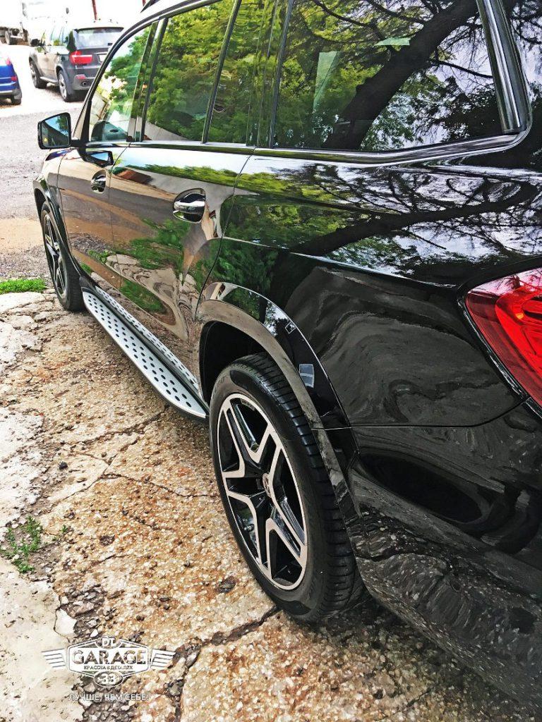 На фото фото левый борт автомобиля. Оценка качества полировки и обработки стекол защитными составами.
