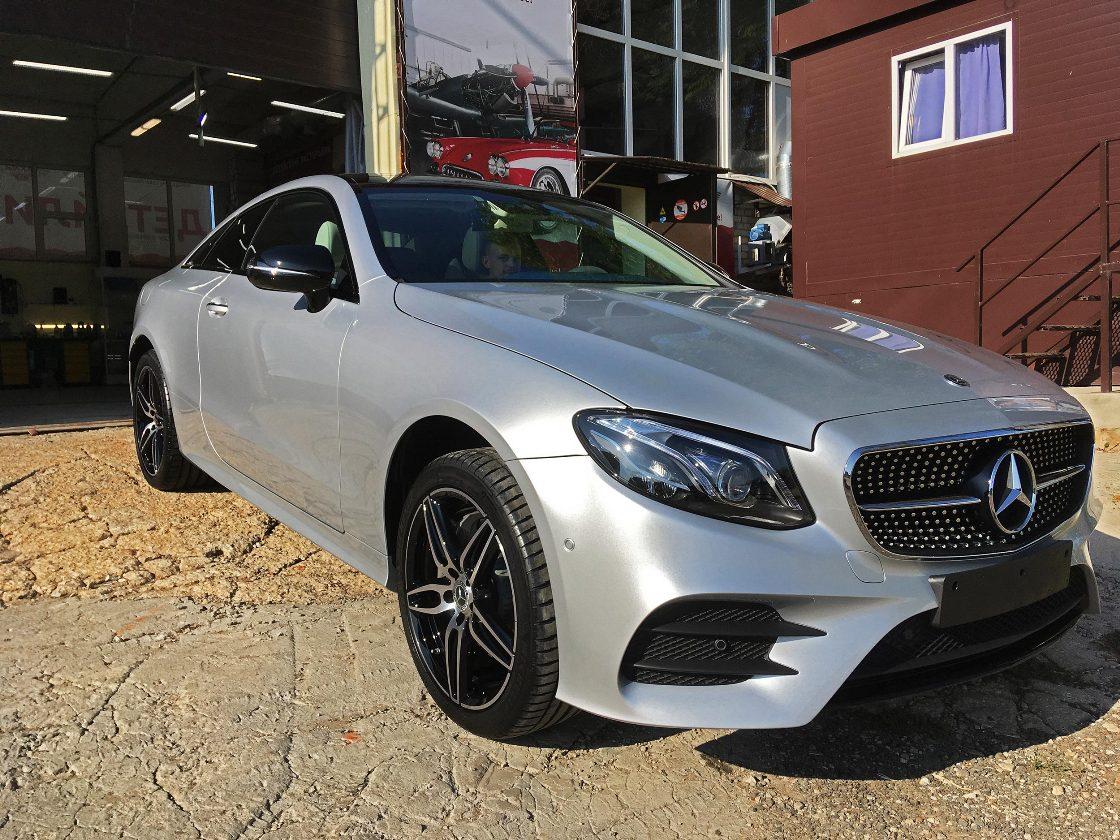 На фото Mercedes-Benz E-Class Coupe под американской керамикой при дневном свете.