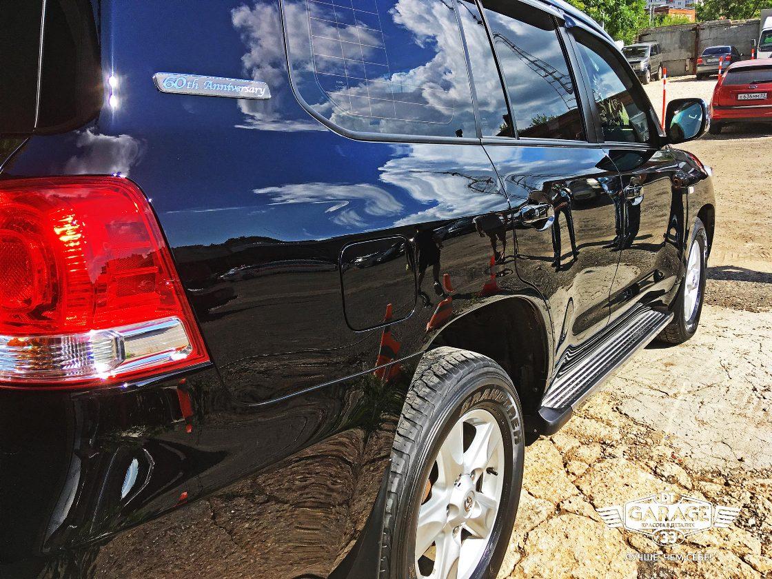 На фото правый бор автомобиля на солнце. Идеальный зеркальный глянец.