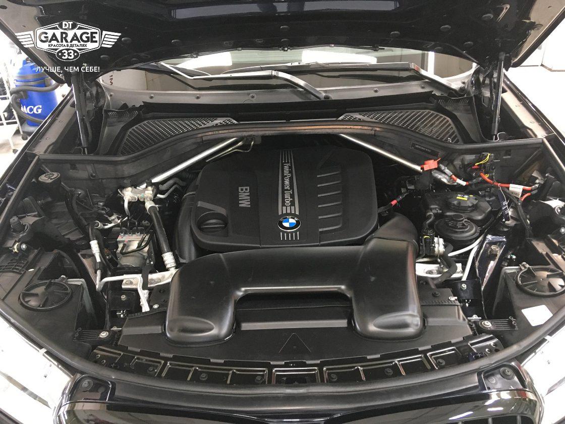На фото крупным планом мотор BMW, который отмыли мастера из «DT GARAGE 33».