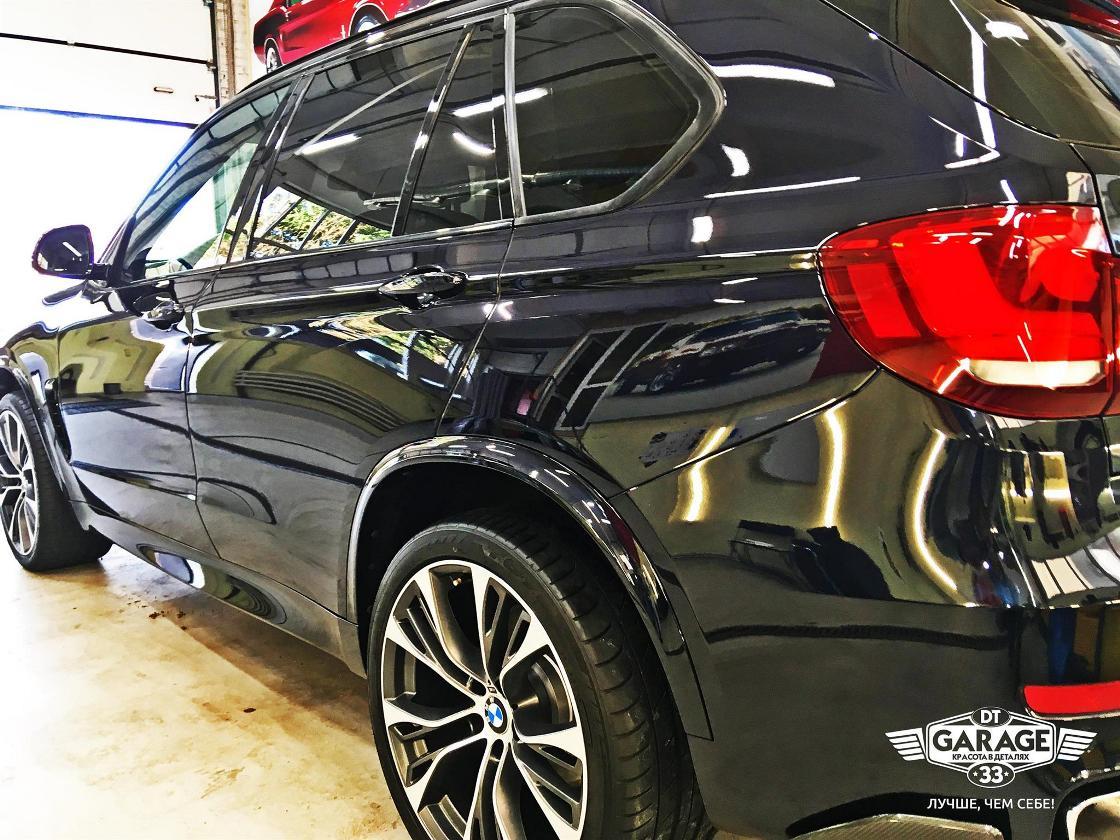 На фото левый борт автомобиля BMW после полировки в мастерской «DT GARAGE 33».