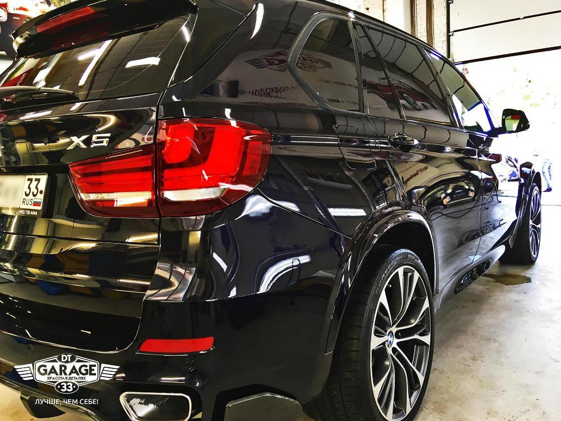 На фото задний фонарь автомобиля BMW X5 после полировки в мастерской «DT GARAGE 33».