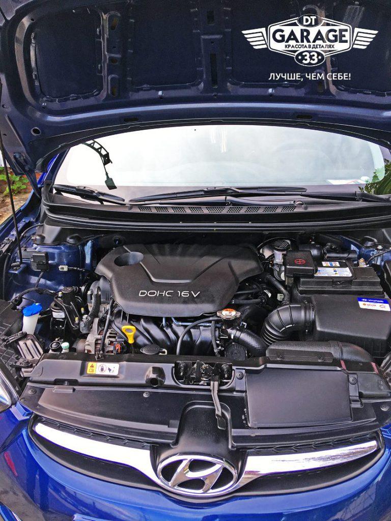 На фото двигатель и подкапотное пространство автомобиля после мойки и чистки.