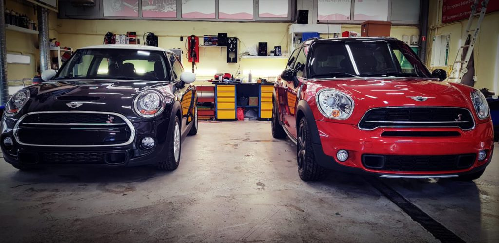 На фото два автомобили Mini после полировки.