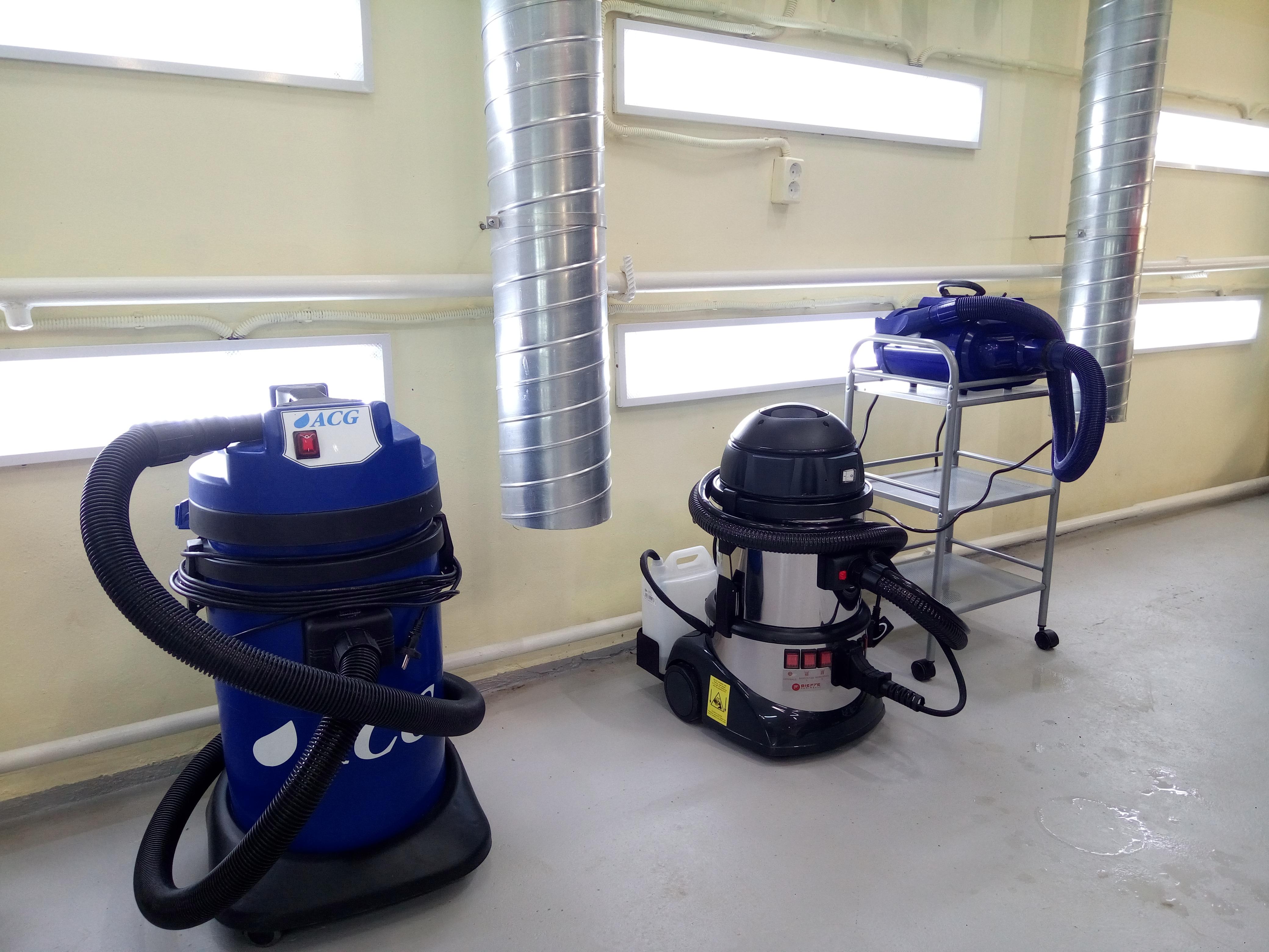На фото профессиональные моющие пылесосы для детейлинга.
