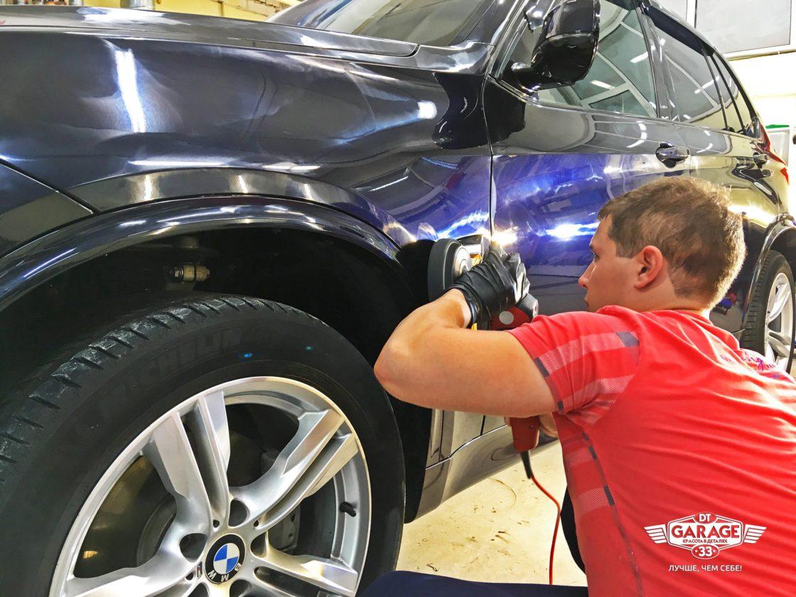 На фото мастер из «DT GARAGE 33» полирует лкп автомобиля.