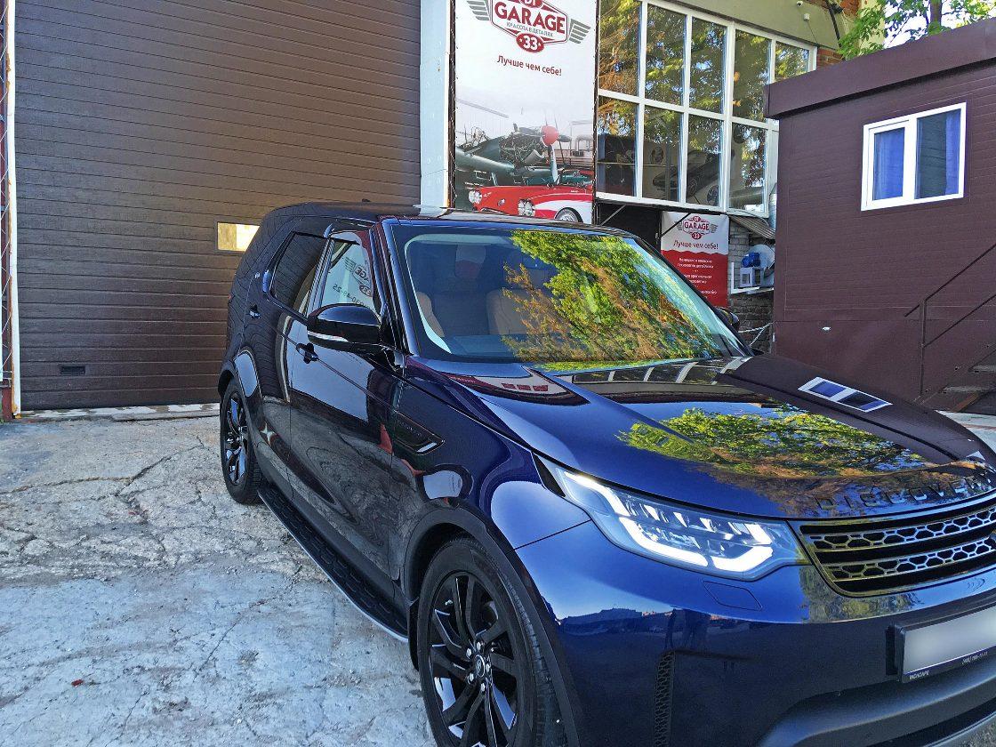 На фото автомобиль, обработанный керамикой. Демонстрация при солнечном свете.