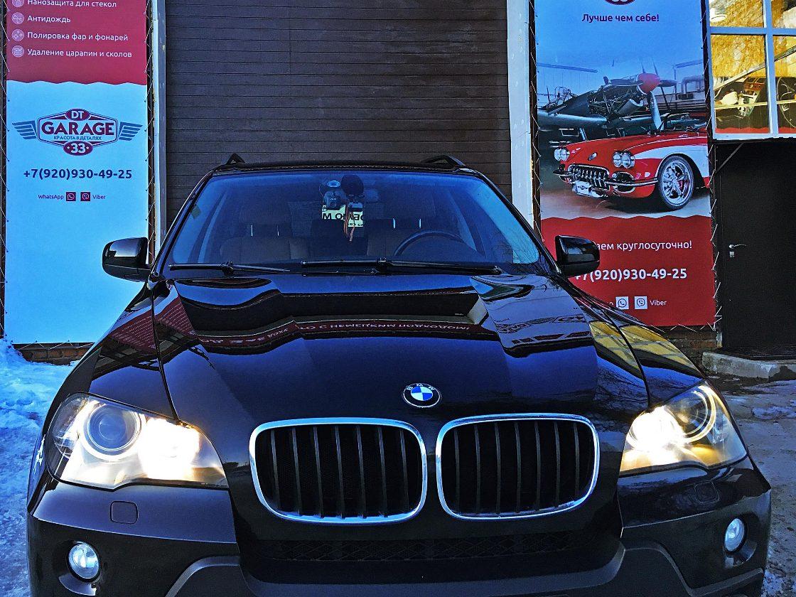 На фото капот BMW X5, защищенный керамическим защитным слоем.