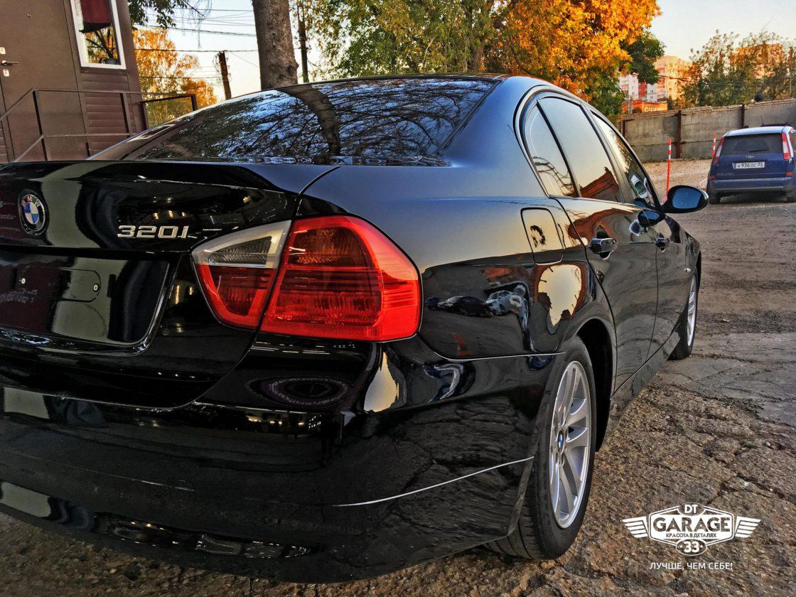 На фото корма автомобиля BMW при дневном свете.