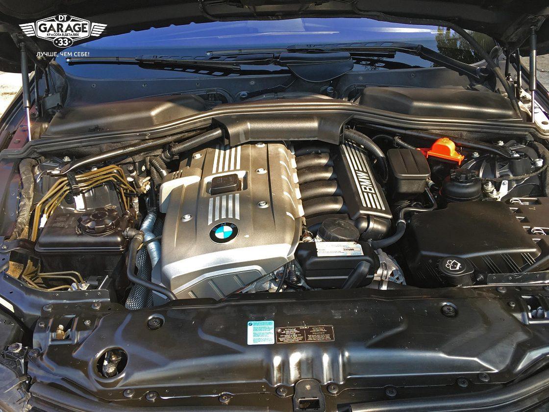 На фото мотор и подкапотное пространство автомобиля БМВ пятой серии после чистки.