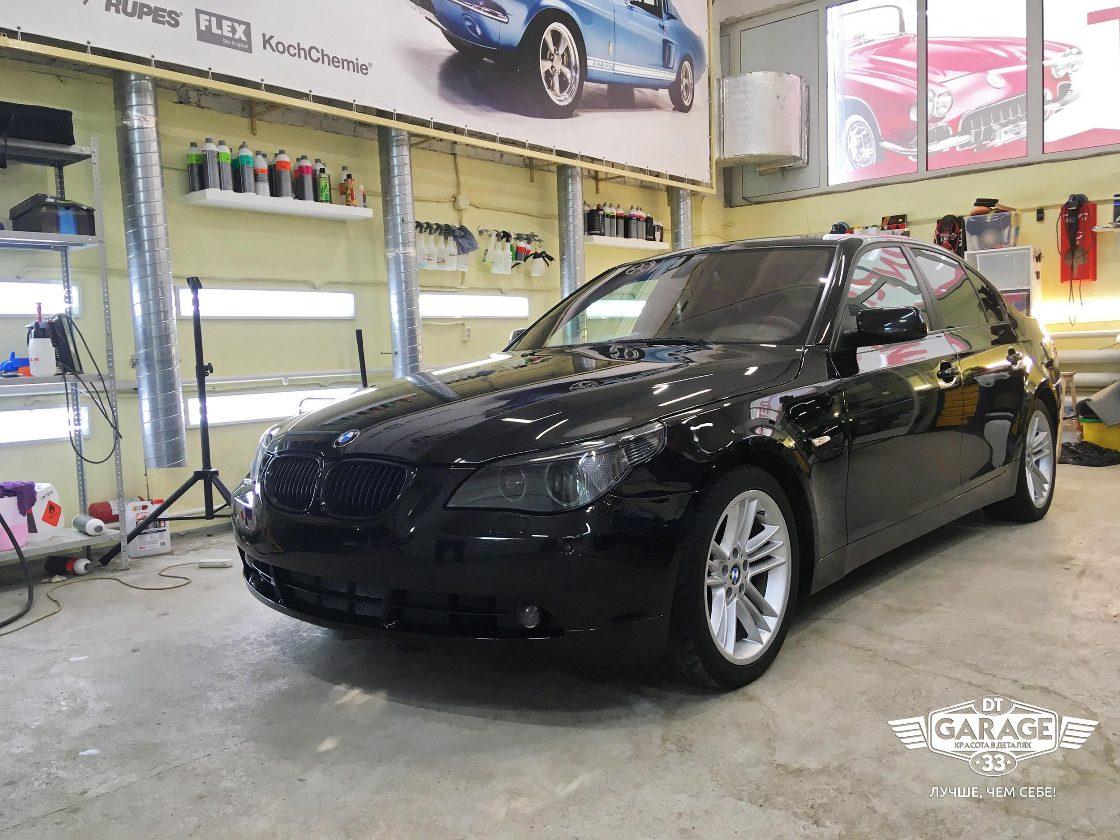 На фото автомобиль БМВ в условиях освещенного бокса.