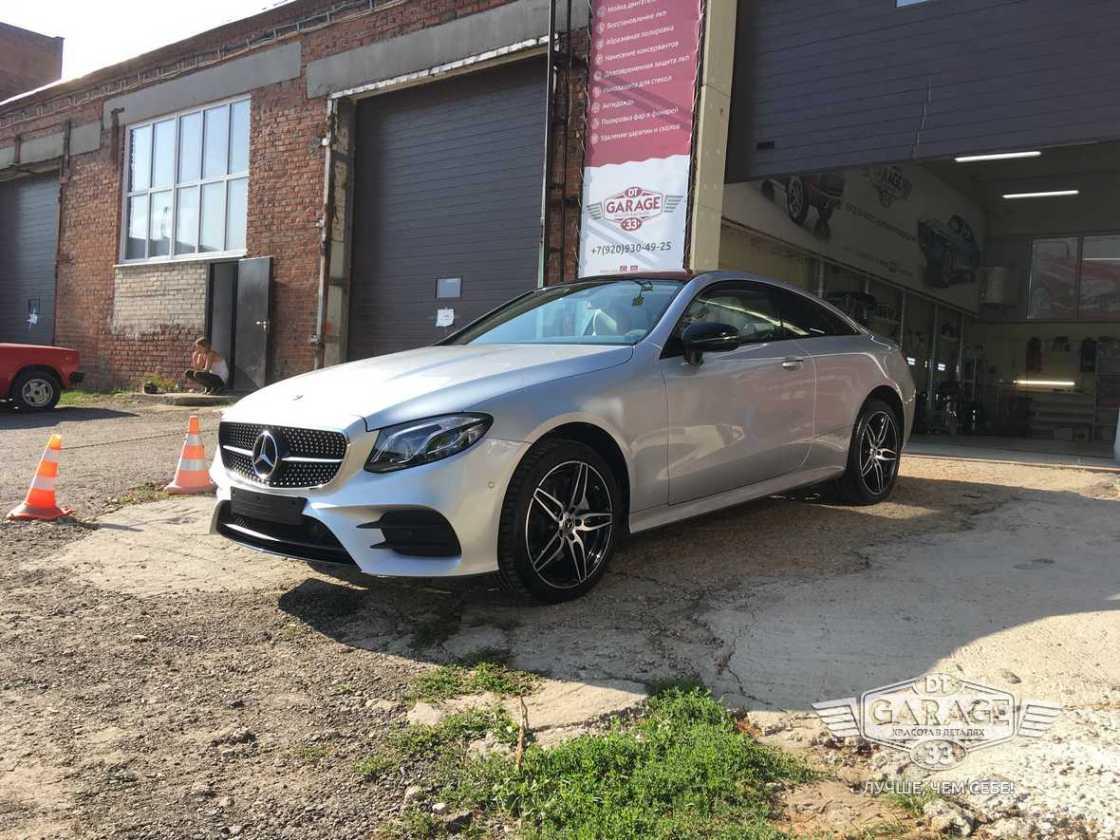 На фото Mercedes-Benz E-класса после полировки и обработки керамикой.