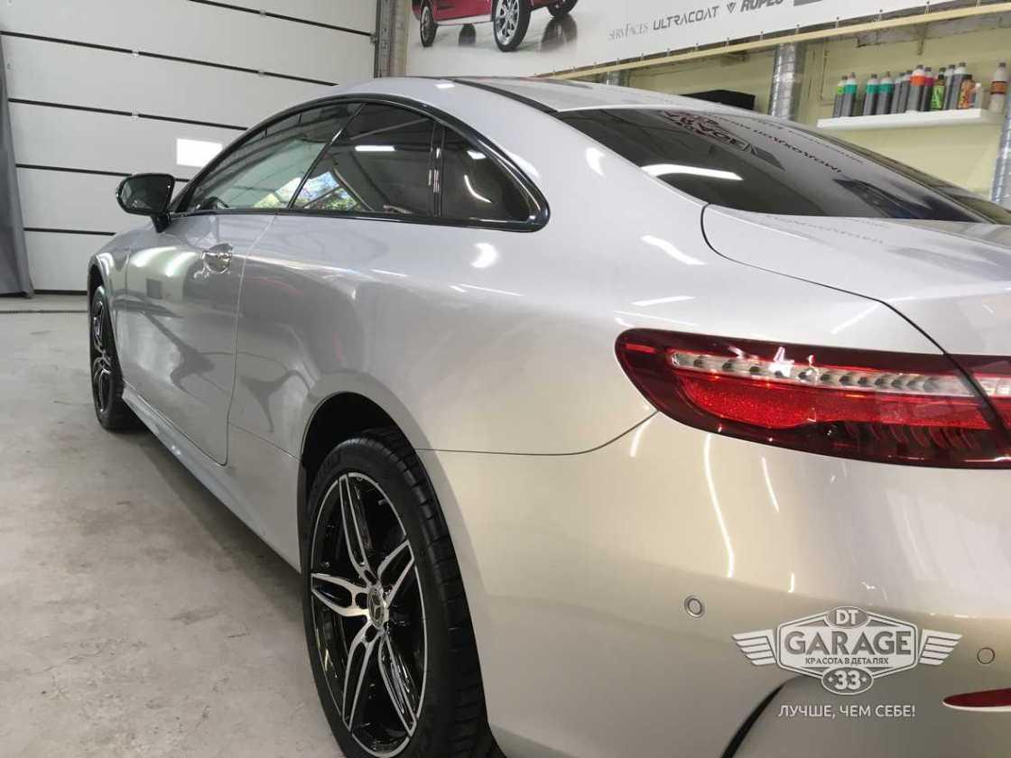 На фото задний фонарь Mercedes-Benz E-Class Coupe, обработанный твердой керамикой.