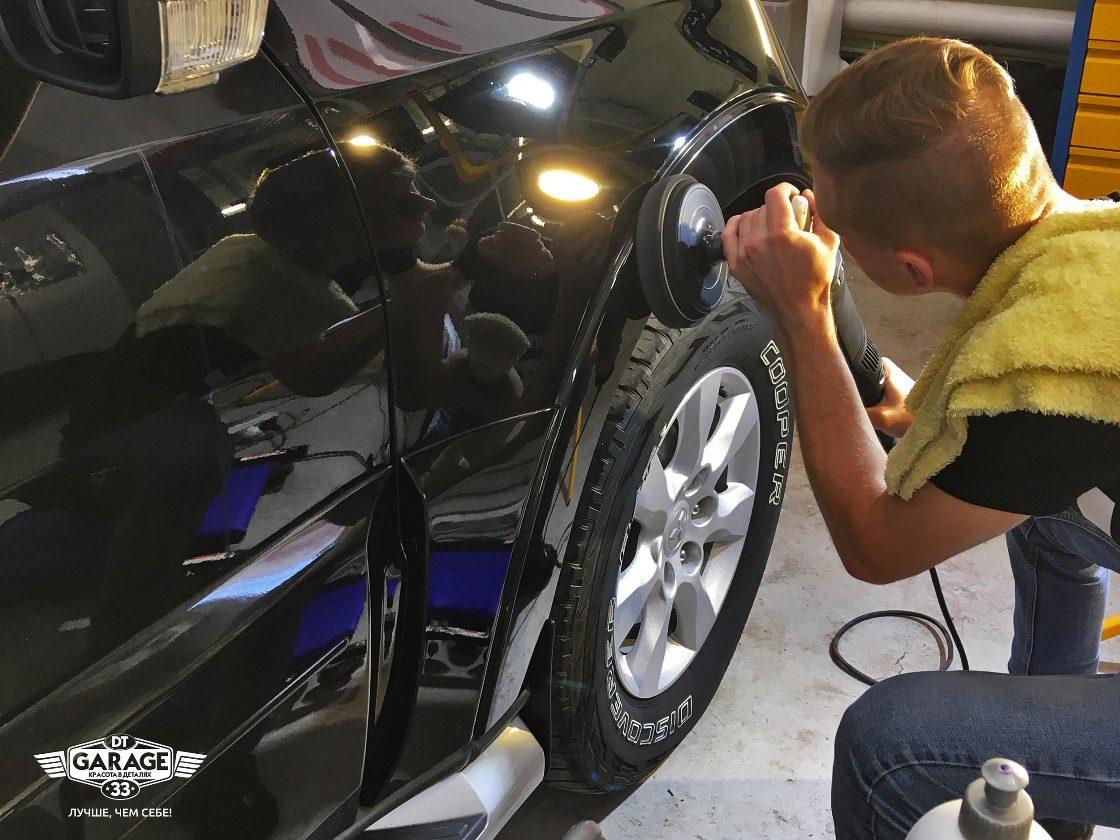На фото мастер детейлинга полирует лкп машины.