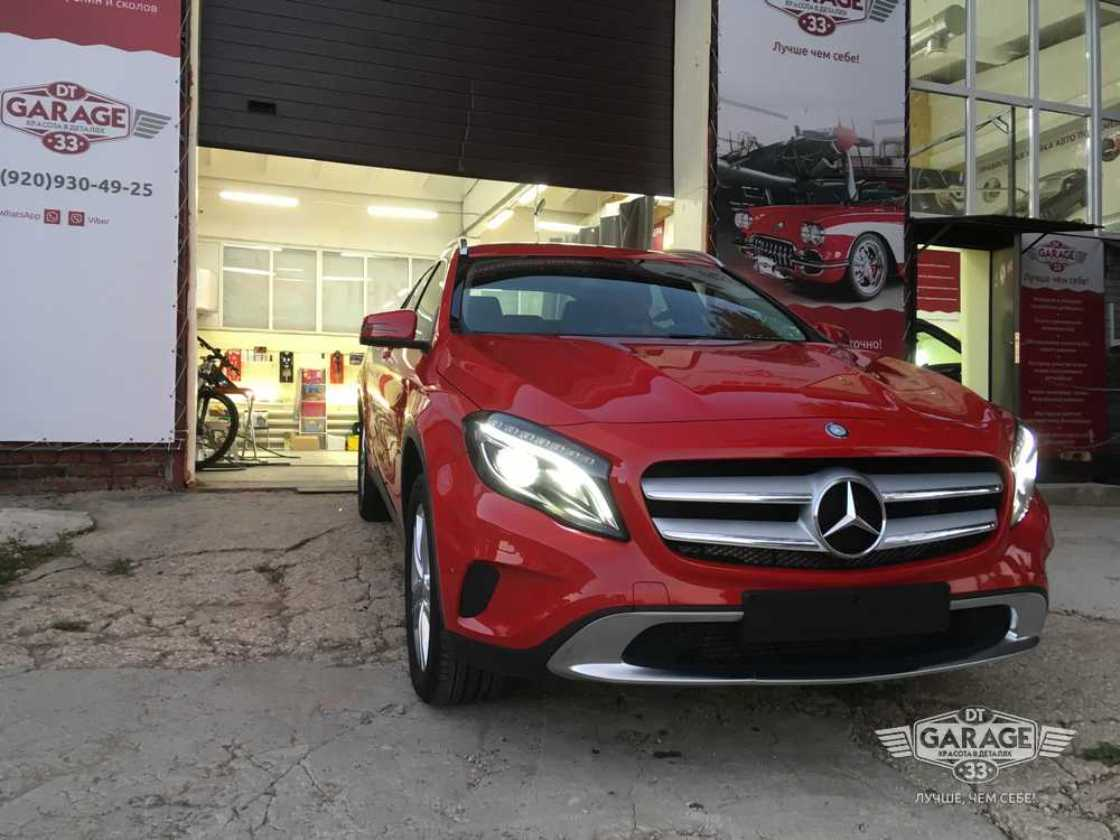 На фото автомобиль Mercedes-Benz после полировки при дневном свете.