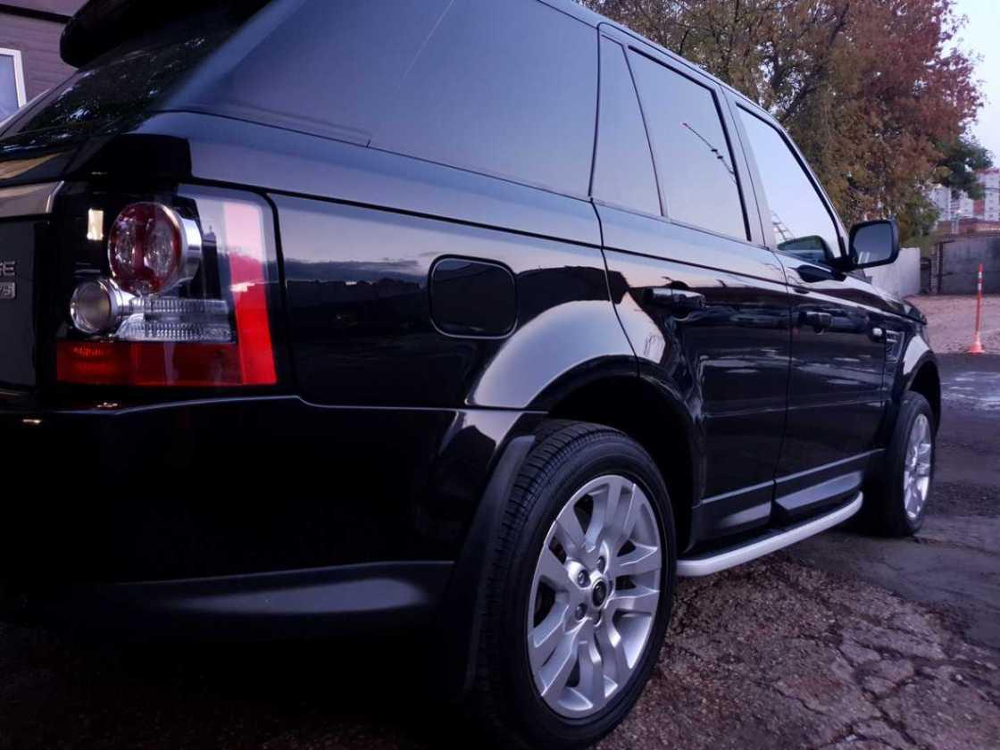 На фото борт автомобиля Range Rover Sport после обработки керамикой.
