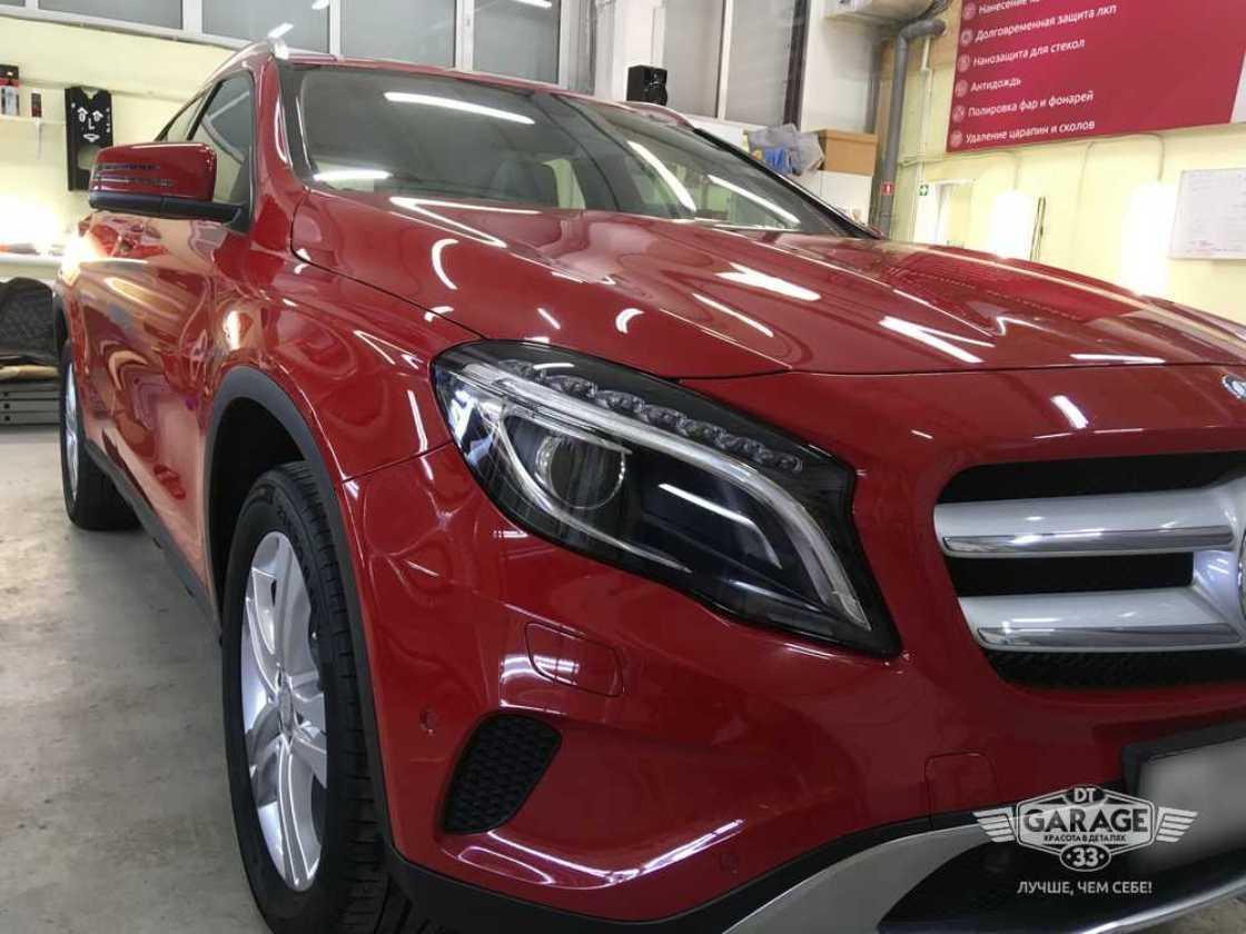 На фото фары Mercedes-Benz после полировки.