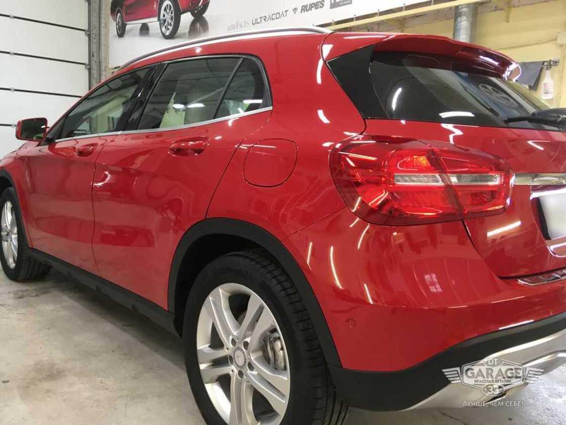 На фото Mercedes-Benz после обработки стекол составом «Антидождь».
