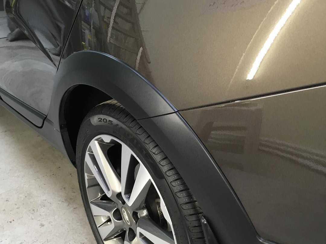 На фото колесо автомобиля после бесплатной химчистки.