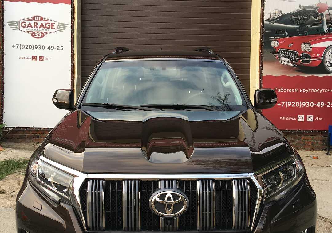 На фото капот Toyota Land Cruiser Prado 150 после обработки керамикой.