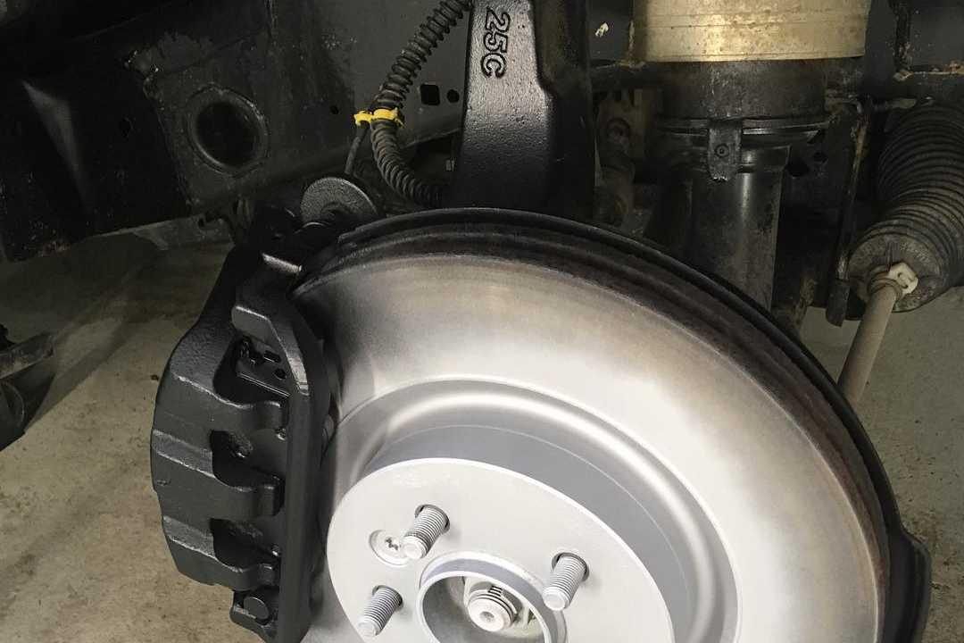 На фото тормозной диск внедорожника после химчистки.