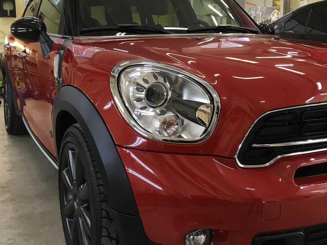 На фото фара автомобиля Mini Cooper S после полировки и обработки керамикой.