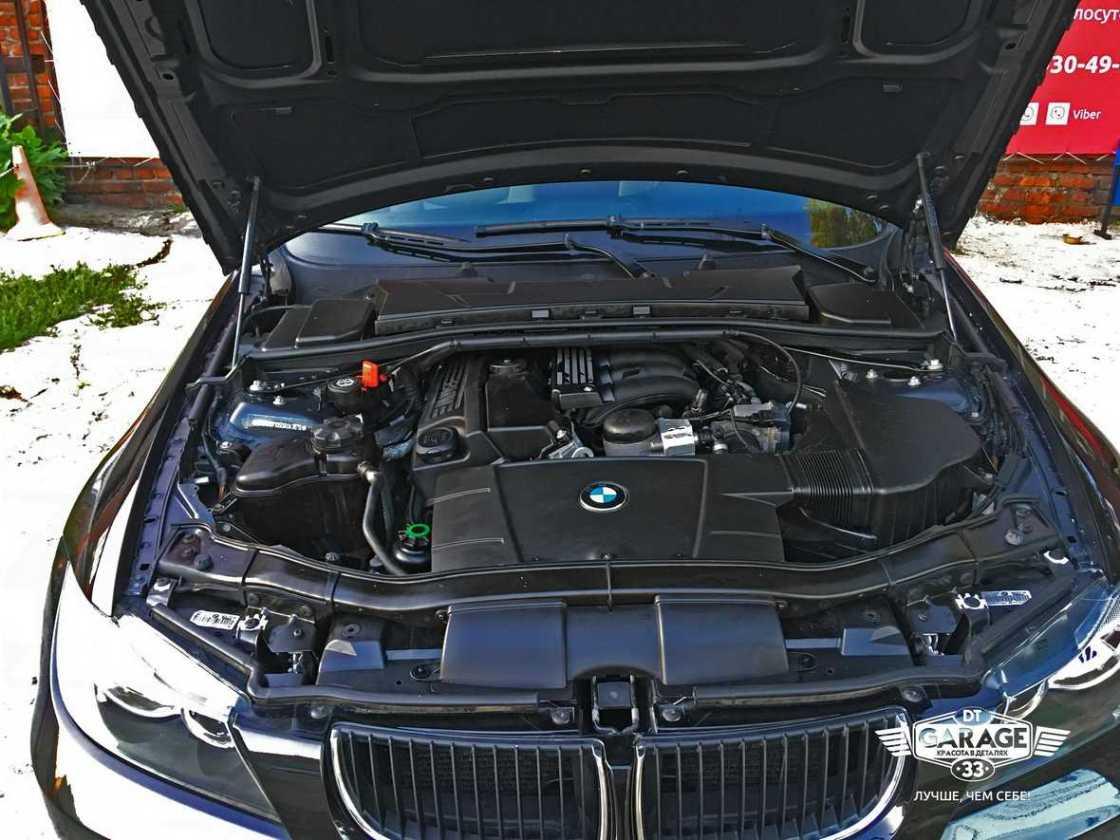 Смотреть на фото – отмытый двигатель BMW третьей серии. Профессиональная мойка моторов в городе Владимир.