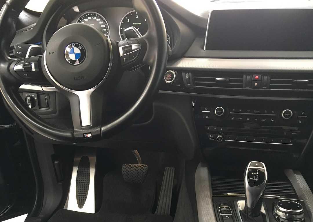 На фото салон BMW X5 после химчистки.