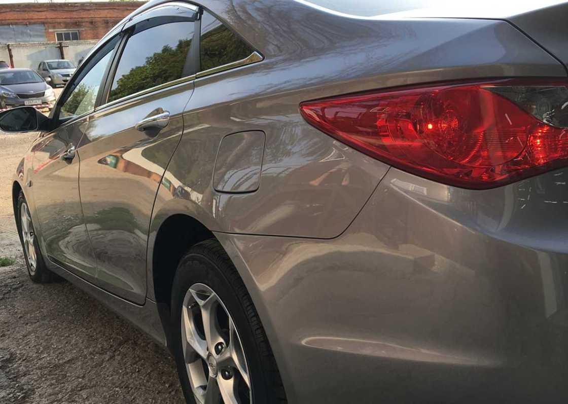 На фото левый борт автомобиля Hyundai Sonata при солнечном свете. Проверка качества полировки.