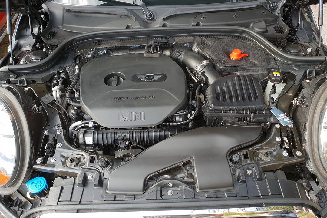 Смотреть на фото – как стал выглядеть мотор у Mini Cooper S после мойки.