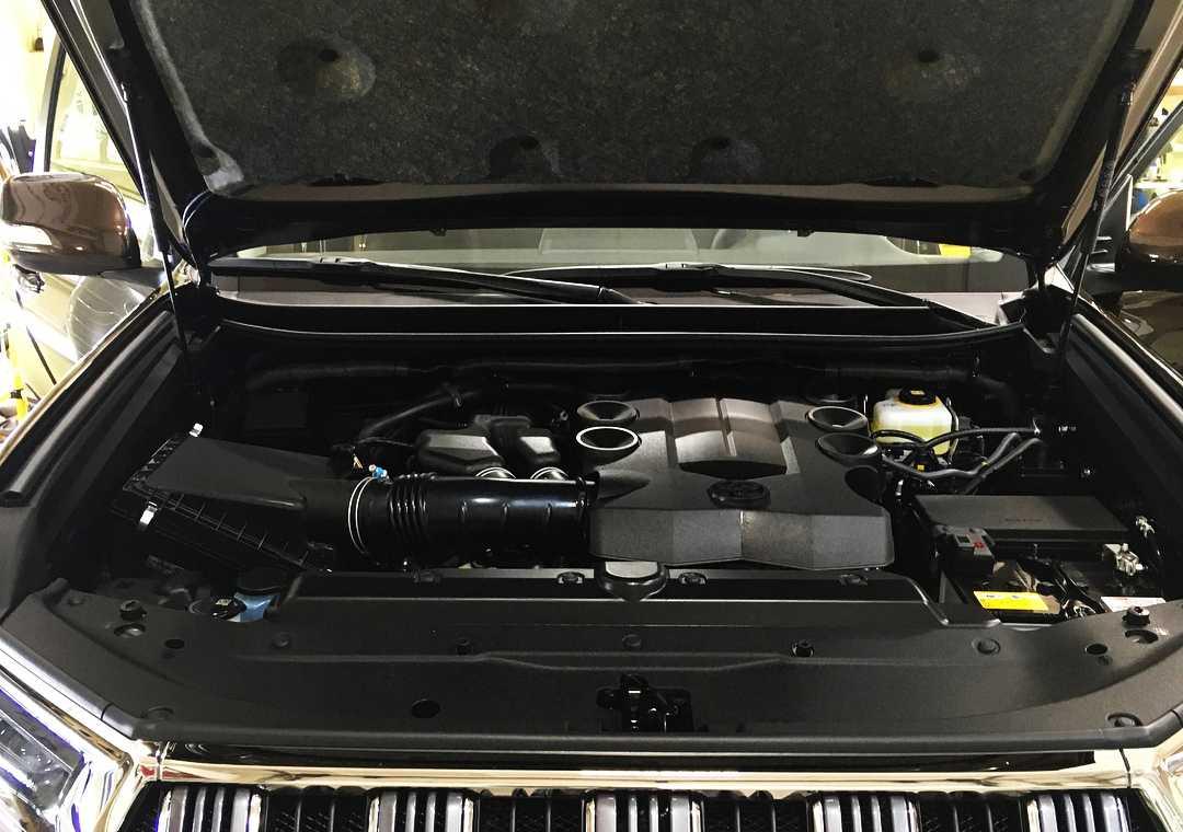 На фото мотор Toyota Land Cruiser Prado 150 после обработки консервантом.
