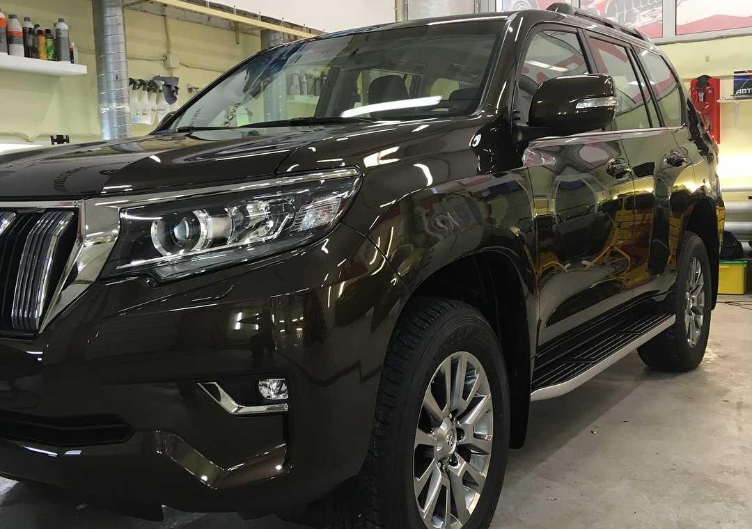 На фото Toyota Land Cruiser Prado 150 после обработки керамикой.