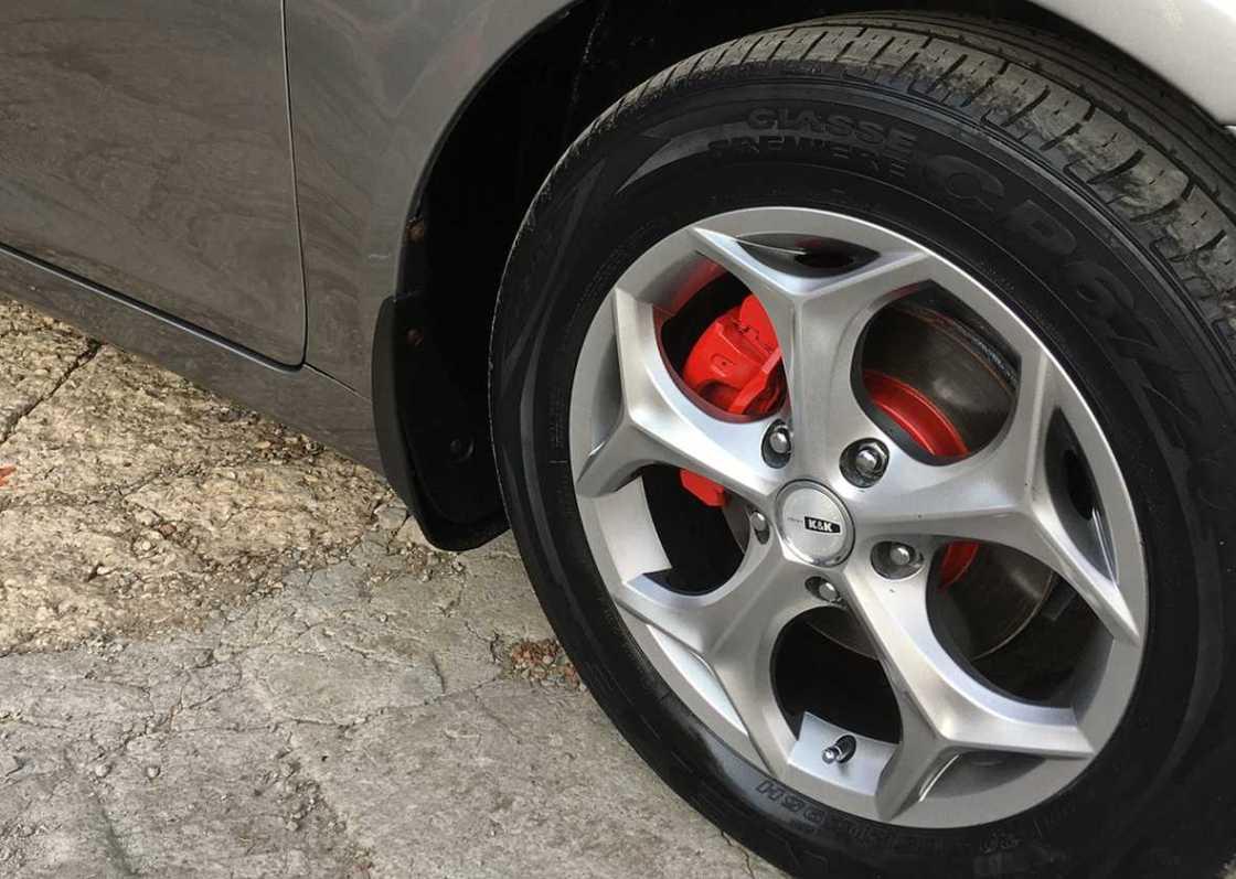 На фото колесо автомобиля после химчистки и чернения.