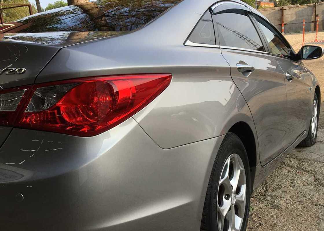 На фото задний фонарь автомобиля после полировки.