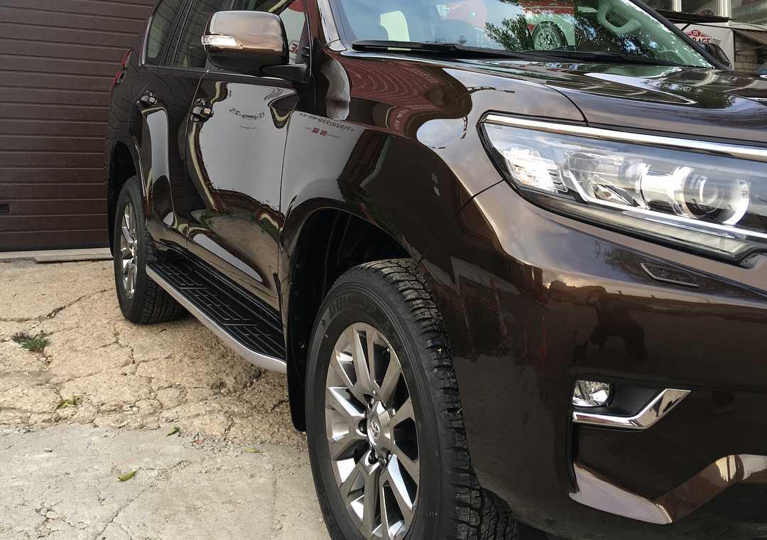 На фото правая фара и переднее колесо Toyota Land Cruiser Prado 150