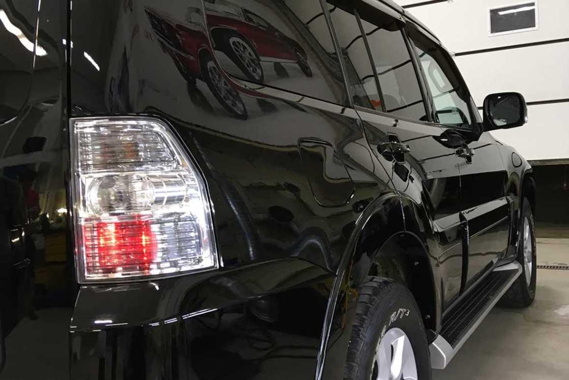 На фото – задний фонарь Mitsubishi Pajero IV после полировки.