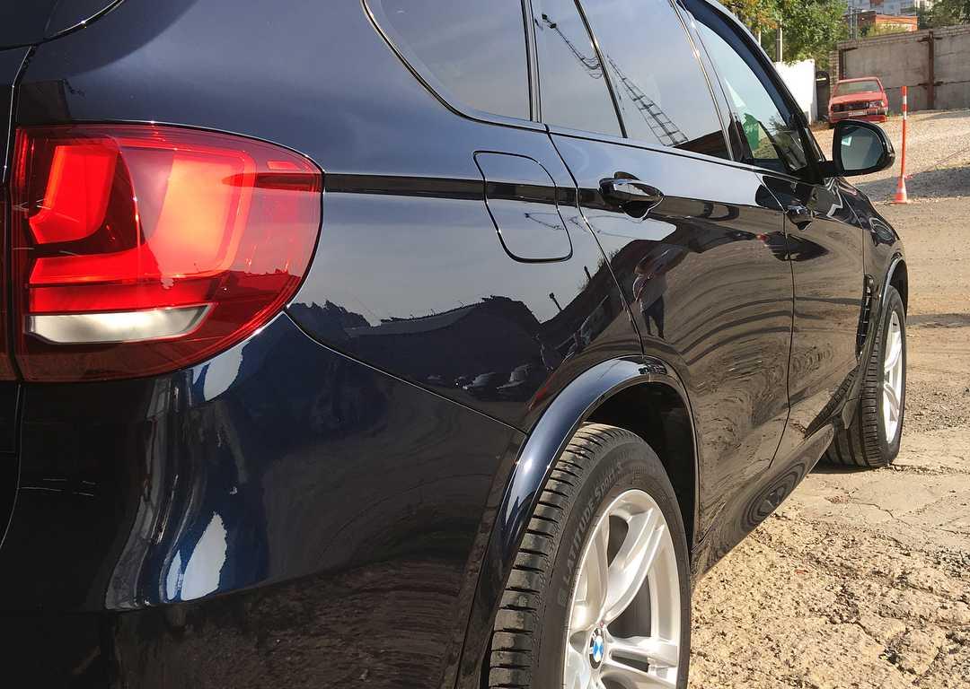 На фото правый борт BMW X5 после полировки.