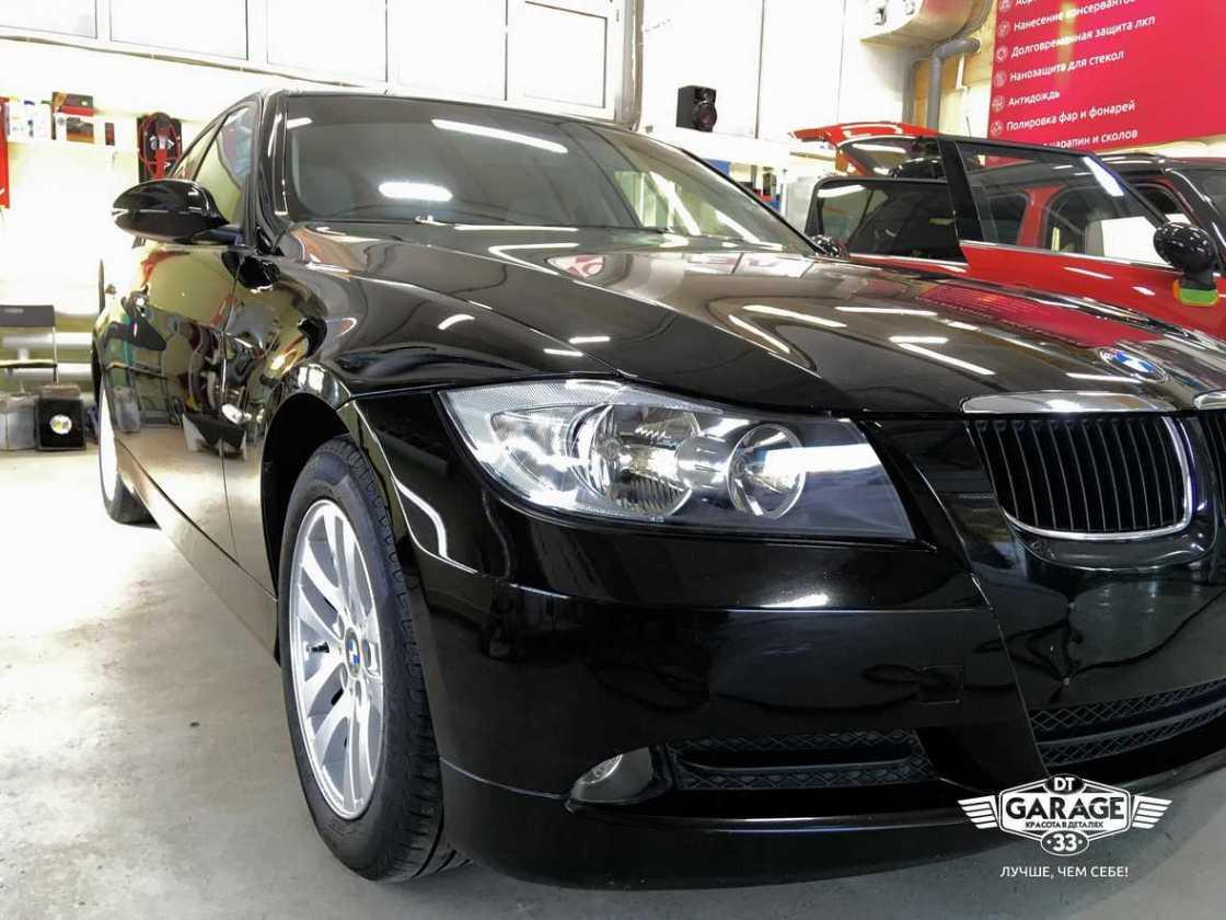 На фото BMW 3-Series в интерьере ателье «DT GARAGE 33» и при специальном профессиональном освещении.