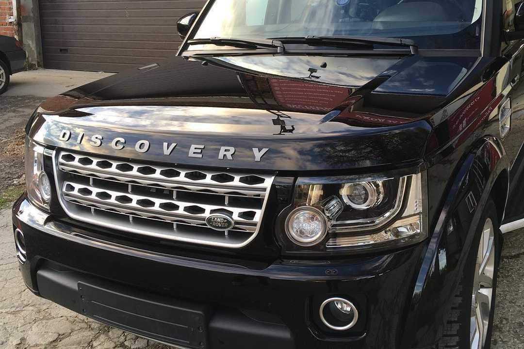 Смотреть на фото результат ремонта сколов на капоте Land Rover Discovery IV.