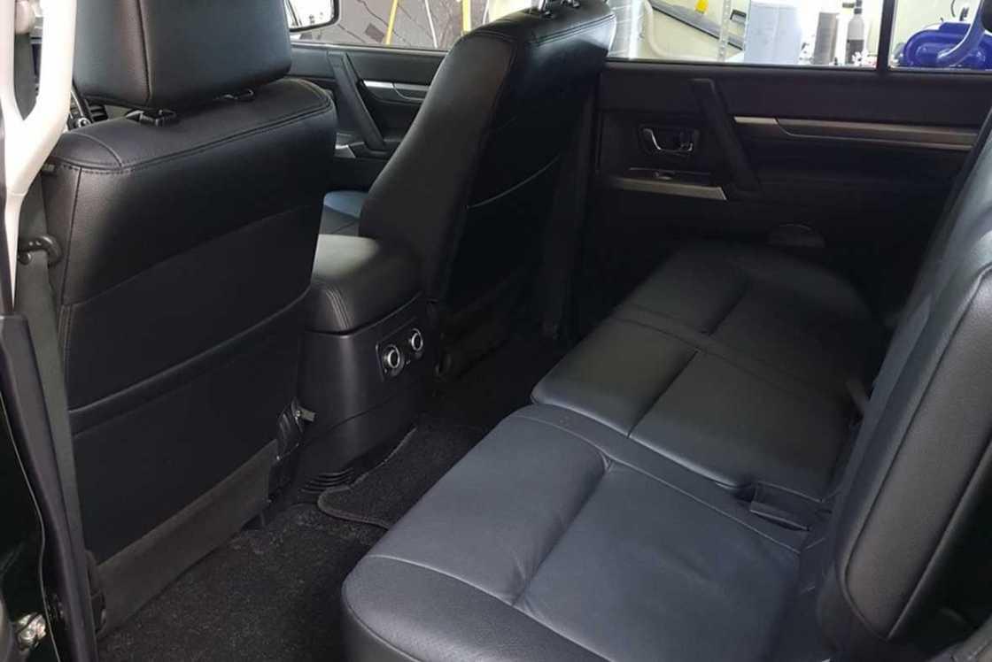 На фото задний ряд сидений Mitsubishi Pajero IV после чистки.