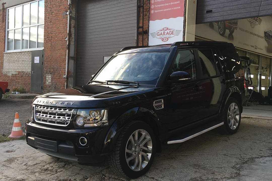 На фото Land Rover Discovery IV – демонстрация автомобиля после полировки в детейлинг-центре «DT GARAGE 33».