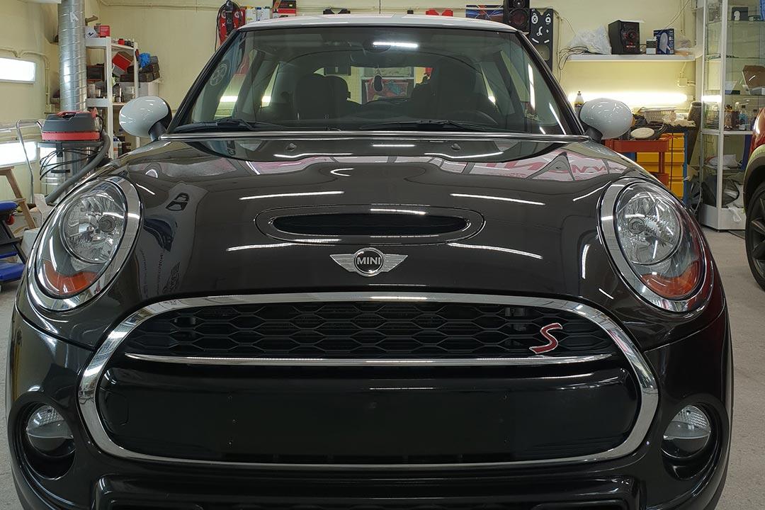 На фото - Mini Cooper S после ремонта царапин и сколов на передней части, на капоте и бампере.