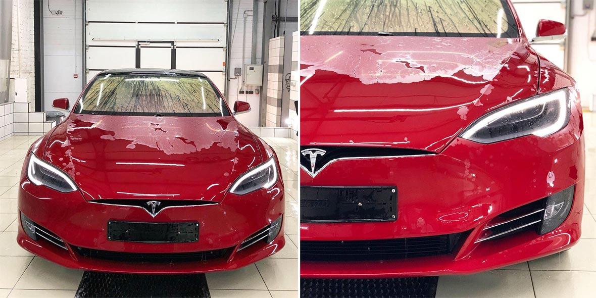 На фото автомобиль Тесла – процесс снятия виниловой ленки.