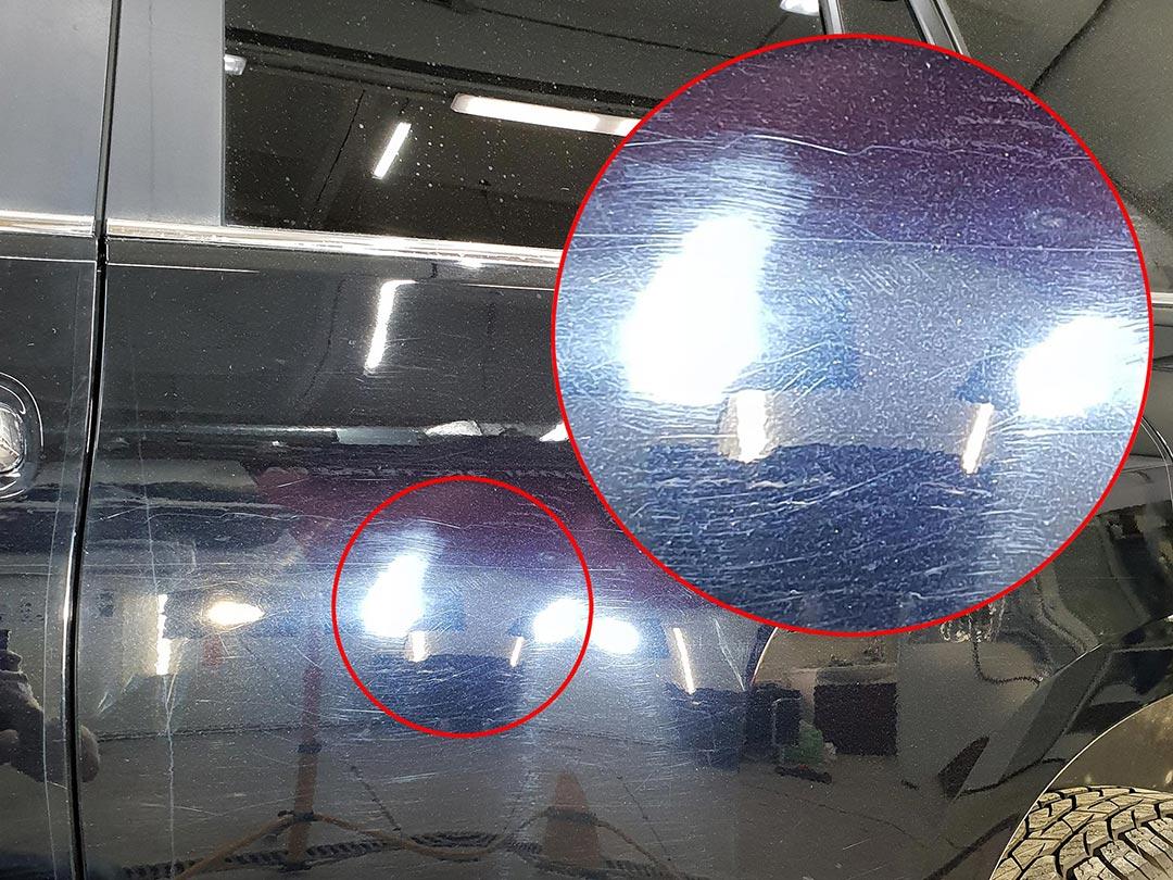 На фото царапины на автомобиле Toyota Land Cruiser Prado.