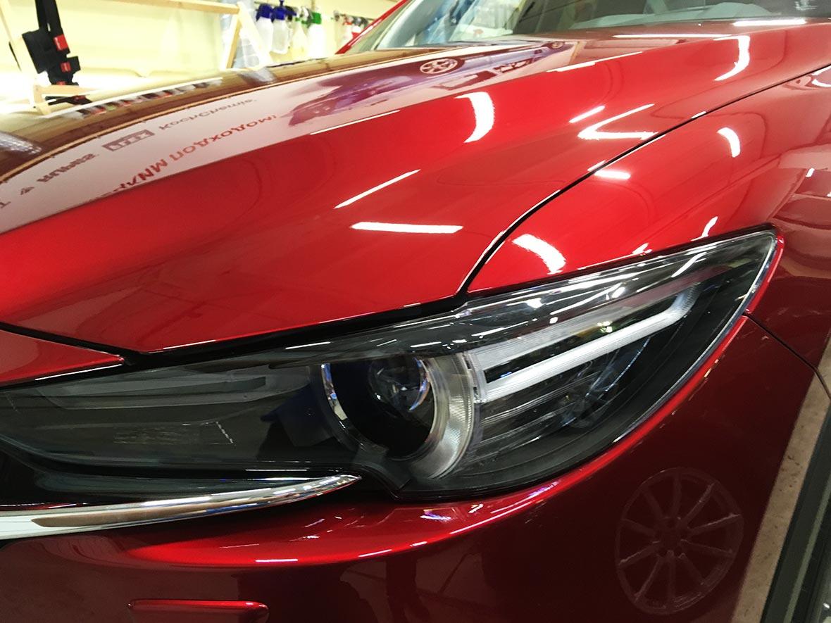 На фото фара автомобиля Мазда, забронированная полиуретановой пленкой.