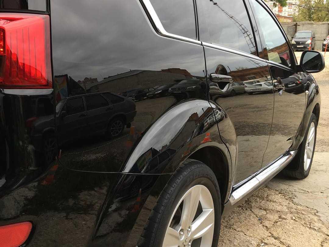 На фото правый борт автомобиля Peugeot 4007 после полировки.
